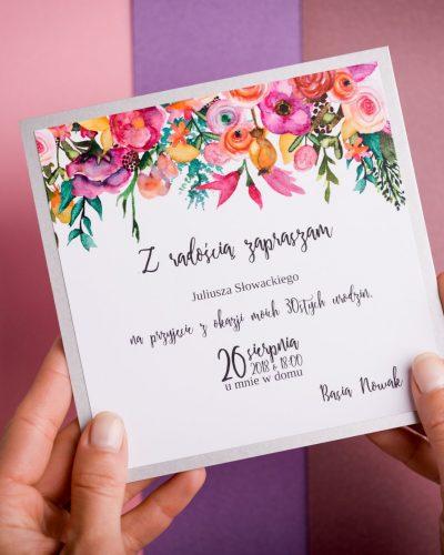 Zaproszenie z intensywnymi kwiatami
